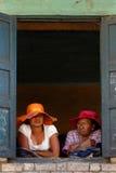 Famiglia alla finestra Fotografie Stock
