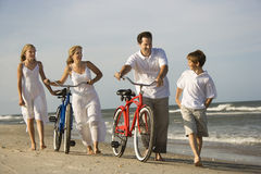 Famiglia alla spiaggia Immagini Stock Libere da Diritti