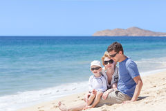 Famiglia alla spiaggia Immagine Stock