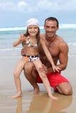 Famiglia alla spiaggia fotografie stock