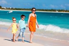 Famiglia alla spiaggia caraibica Fotografie Stock Libere da Diritti