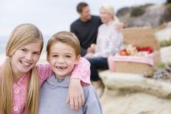Famiglia alla spiaggia con il picnic Fotografie Stock Libere da Diritti