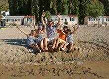 Famiglia alla spiaggia sabbiosa Fotografia Stock Libera da Diritti