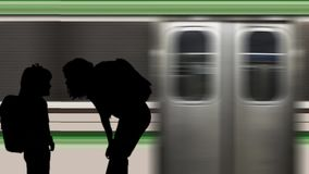 Famiglia alla stazione della metropolitana con il treno commovente stock footage