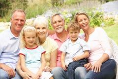 Famiglia allargata che si distende nel giardino Immagine Stock Libera da Diritti