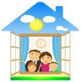 Famiglia allegra in casa privata Fotografie Stock Libere da Diritti
