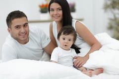 Famiglia allegra che ha divertimento insieme trovarsi su una base Fotografia Stock