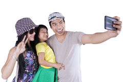 Famiglia allegra che prende le immagini in studio Fotografia Stock