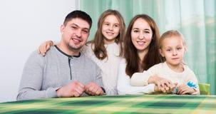 Famiglia allegra con due bambini Fotografia Stock Libera da Diritti
