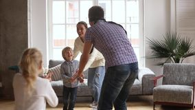 Famiglia allegra con il padre bendato che gioca pellame ed il gioco di applauso video d archivio