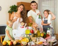 Famiglia allegra con le borse di alimento Fotografia Stock