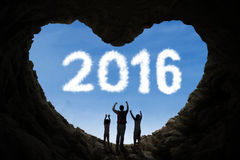 Famiglia allegra dentro la caverna con i numeri 2016 Fotografie Stock