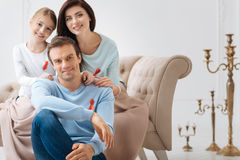 Famiglia allegra felice che mostra la loro compassione alla gente con l'AIDS Immagini Stock Libere da Diritti