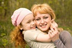 Famiglia allegra sulla natura Fotografia Stock