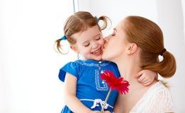 Famiglia amorosa felice Giorno di madri la figlia dà a sua madre il flusso Fotografie Stock