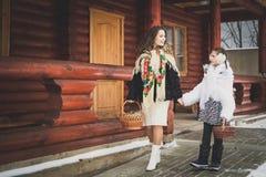 Famiglia amorosa felice la madre e le ragazze vanno insieme, parlano e stringono a sé Immagine Stock Libera da Diritti