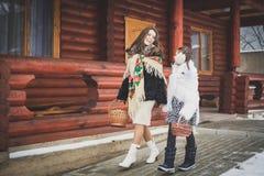 Famiglia amorosa felice la madre e le ragazze vanno insieme, parlano e stringono a sé Immagini Stock