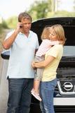 Famiglia analizzata sulla strada campestre Immagine Stock
