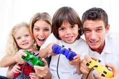 Famiglia Animated che gioca video gioco fotografia stock libera da diritti