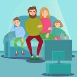 Famiglia annoiata che guarda TV Teledipendenza Genitori infelici con i bambini che si siedono sul sofà dietro il set televisivo illustrazione di stock