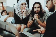 Famiglia araba alla ricezione nell'ufficio dello psicoterapeuta fotografia stock