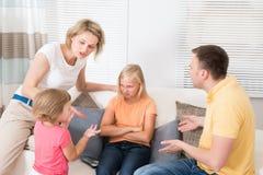 Famiglia arrabbiata di ribaltamento che ha discussione Immagine Stock