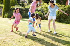 Famiglia asiatica che gioca insieme nel giardino di estate Fotografia Stock Libera da Diritti