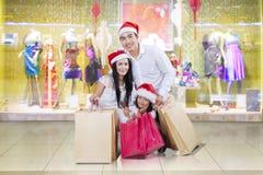 Famiglia asiatica che si inginocchia al centro commerciale fotografia stock libera da diritti