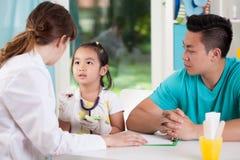 Famiglia asiatica durante l'appuntamento medico immagine stock libera da diritti