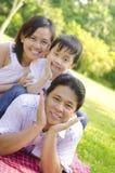 Famiglia asiatica esterna Immagini Stock Libere da Diritti