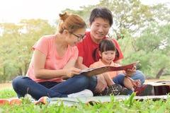 Famiglia asiatica felice che ha divertimento immagini stock libere da diritti