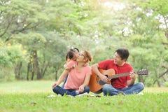 Famiglia asiatica felice che ha divertimento fotografia stock libera da diritti