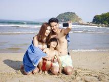 Famiglia asiatica sulla spiaggia Immagine Stock Libera da Diritti
