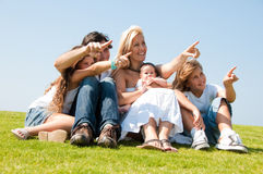 famiglia attraente che indica i giovani Immagini Stock