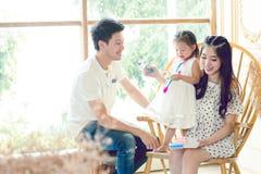 Famiglia, bambini, istruzione, scuola e concetto felice della gente - h Fotografia Stock Libera da Diritti