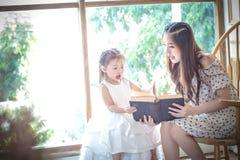 Famiglia, bambini, istruzione, scuola e concetto felice della gente - h Fotografie Stock Libere da Diritti