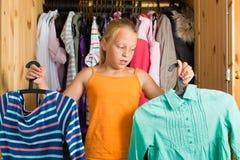 Famiglia - bambino davanti al suo armadio o guardaroba Fotografia Stock