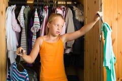 Famiglia - bambino davanti al suo armadio o guardaroba Fotografie Stock Libere da Diritti
