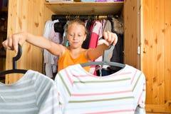 Famiglia - bambino davanti al suo gabinetto o guardaroba Fotografia Stock