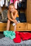 Famiglia - bambino davanti al suo gabinetto o guardaroba Immagine Stock Libera da Diritti