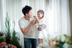Famiglia, bambino e concetto domestico - genitori e bambina sorridenti Immagine Stock Libera da Diritti