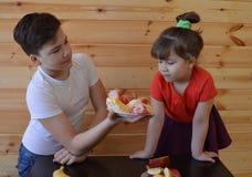 Famiglia, bambino, madre, mangiante, alimento, felice, cucina, ragazzo, casa, cucinante, donna, la gente, bambini, prima colazion fotografia stock