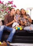 Famiglia in base che gioca e che sorride Fotografia Stock Libera da Diritti