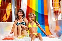 Famiglia in bikini che fa scorrere il parco dell'acqua Immagine Stock