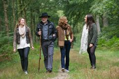 Famiglia in buona salute che cammina insieme nel legno fotografia stock