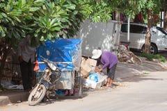 Famiglia cambogiana che cerca l'alimento nei rifiuti fotografia stock