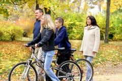 Famiglia - camminando Fotografia Stock