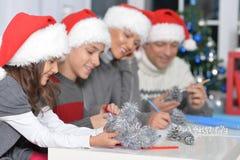 Famiglia in cappelli di Santa Immagine Stock
