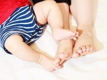 Famiglia a casa con la loro mostra dei piedi fotografie stock libere da diritti