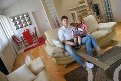 Famiglia a casa facendo uso del computer della compressa Fotografie Stock Libere da Diritti